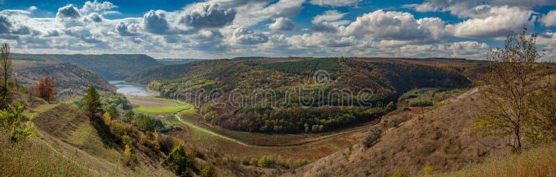 烘干流动在小山之间的河 库存照片