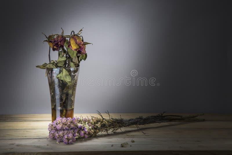 烘干玫瑰色在木桌上 图库摄影