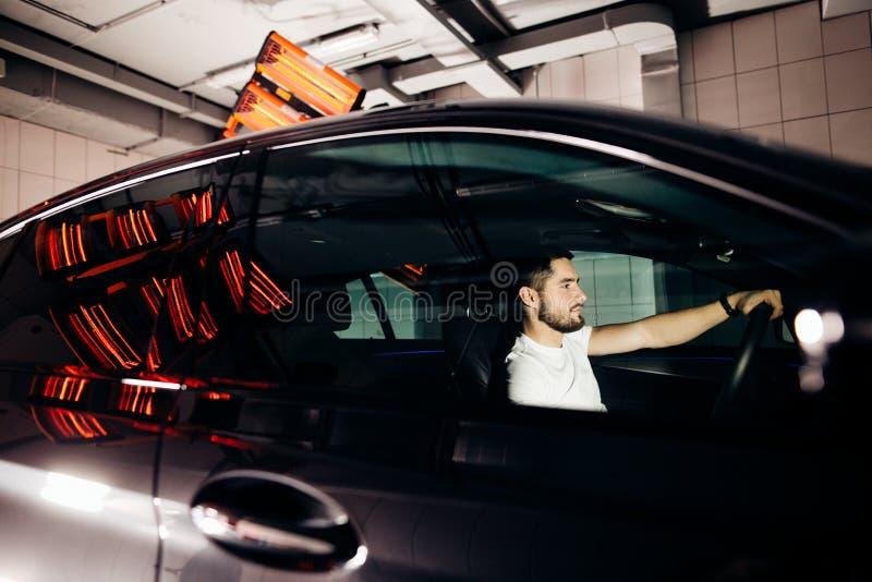烘干的陶瓷涂层灯是在汽车后 库存图片