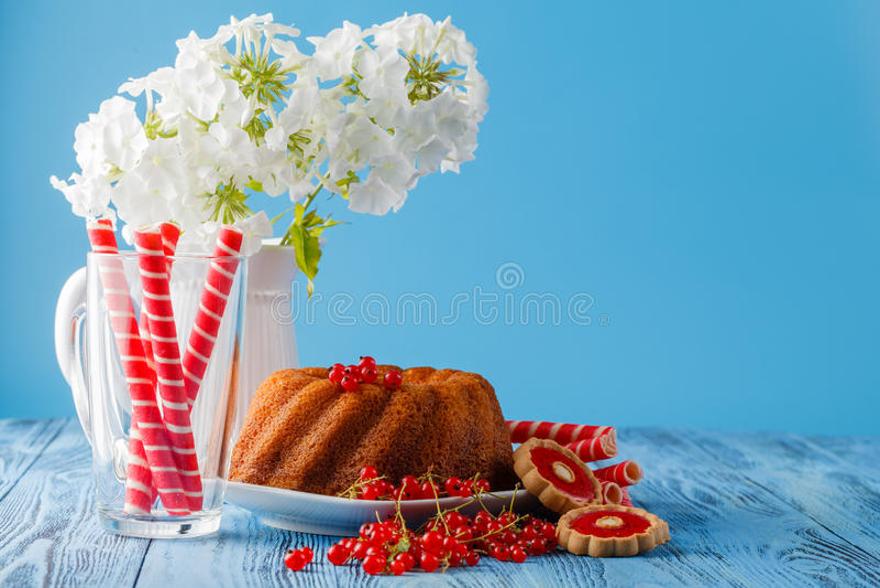 烘烤圆环蛋糕用糖粉,装饰用白花 免版税库存图片