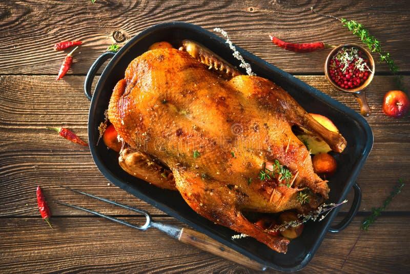 烘烤圣诞节鸭子用麝香草和苹果 库存图片