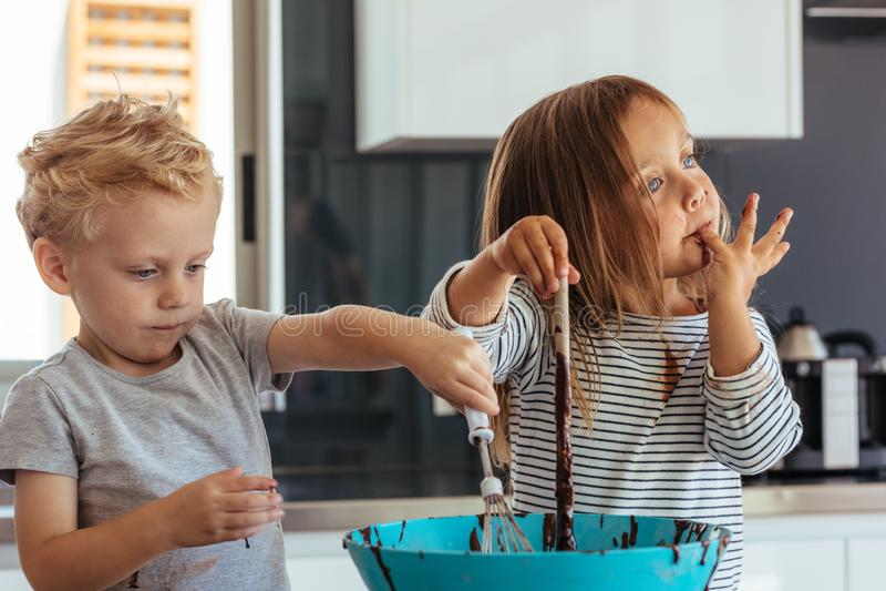 烘烤在厨房里的孩子 库存照片