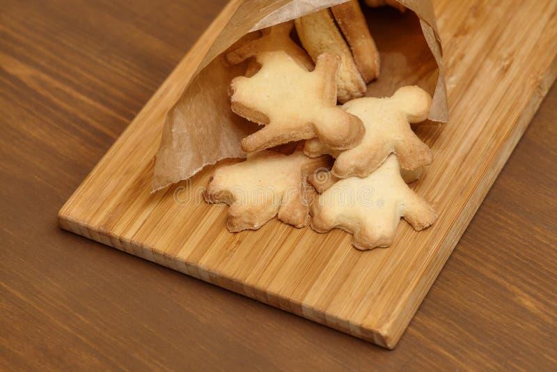 烘烤在木板的姜饼人曲奇饼 免版税图库摄影