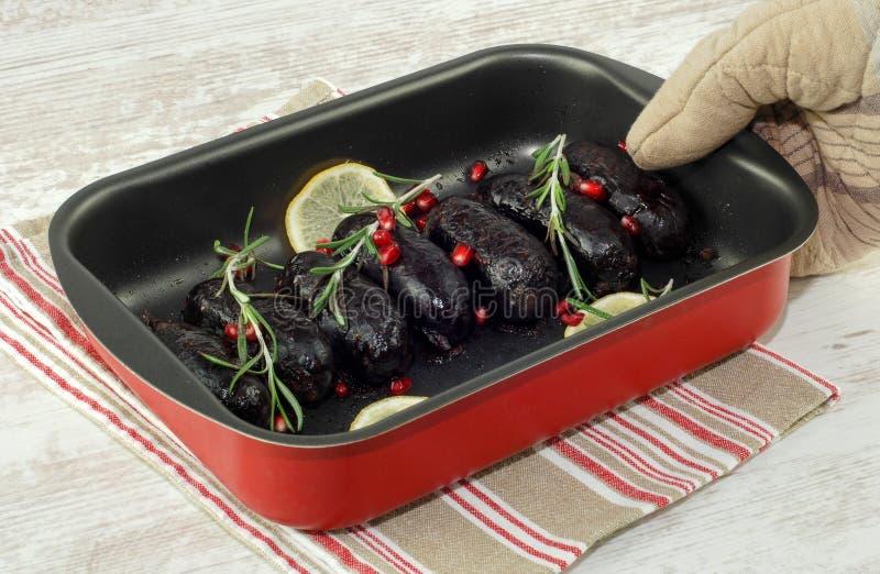 烘烤在烤箱血布丁香肠 库存照片