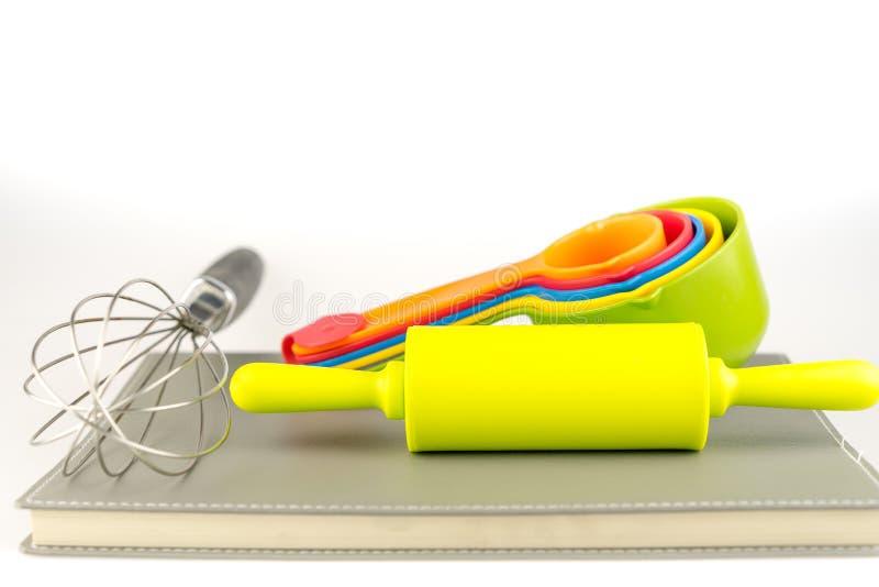 烘烤工具和不同的形状在白色背景 库存照片
