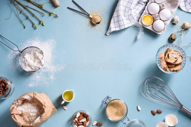 烘烤或烹调背景框架 成份,烘烤的蛋糕的厨房项目 厨房器物,面粉,鸡蛋,杏仁,桂香 图库摄影