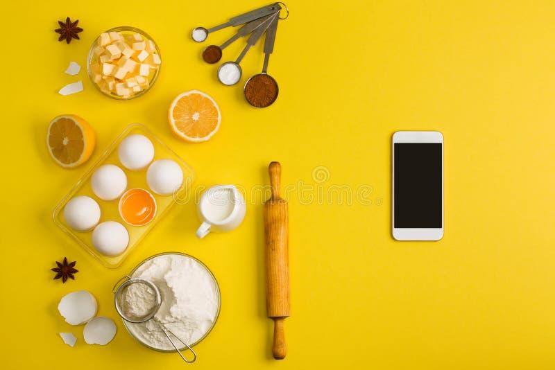 烘烤手机应用服务网站大模型的厨房 免版税库存照片