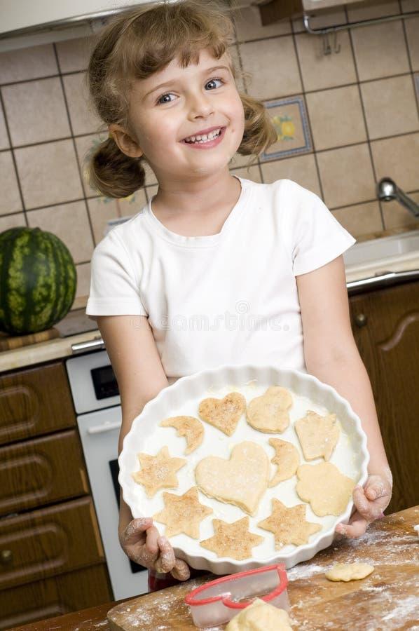 烘烤曲奇饼女孩一点 库存照片