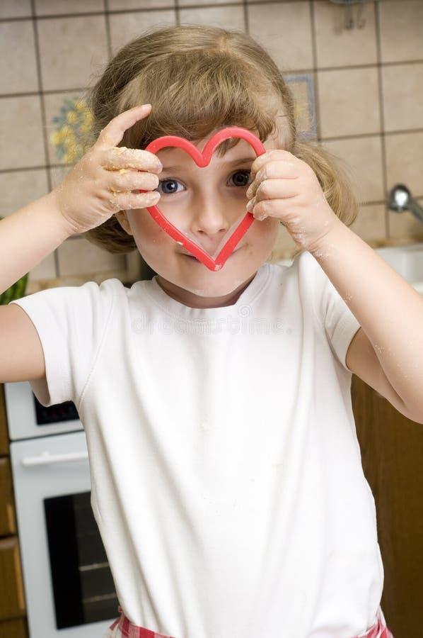 烘烤曲奇饼逗人喜爱的女孩 免版税库存图片