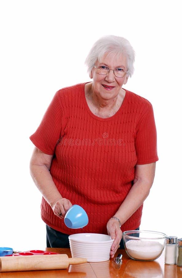 烘烤的年长妇女 免版税库存照片