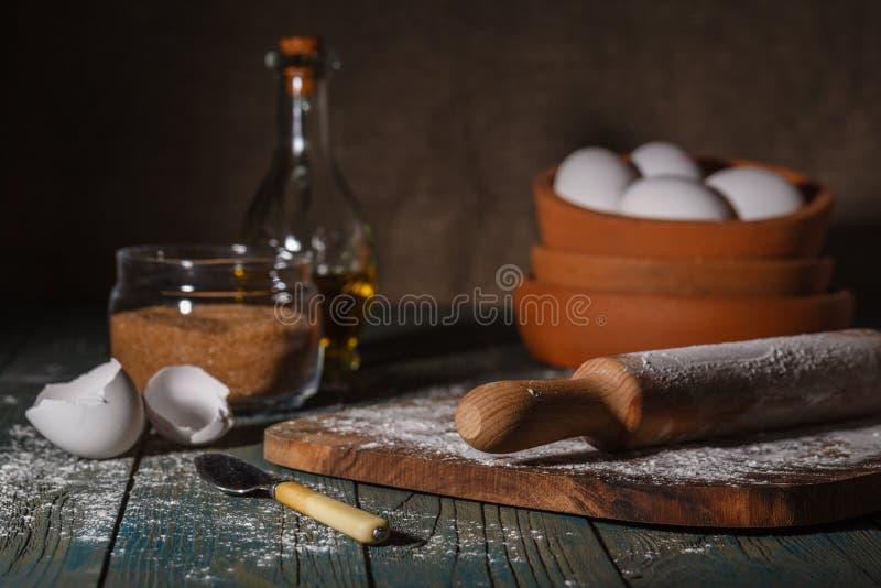 烘烤的蛋糕在农村厨房-面团食谱成份里 免版税库存图片