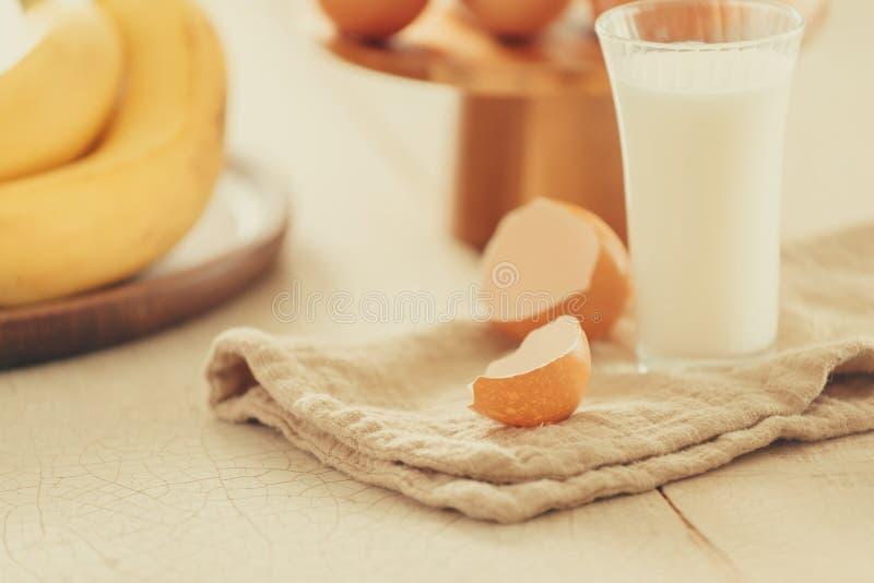 烘烤的蛋糕在农村厨房-面团食谱成份鸡蛋,面粉,在葡萄酒木桌上的糖里 库存图片