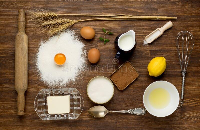 烘烤的蛋糕在农村厨房-面团食谱里 免版税库存照片