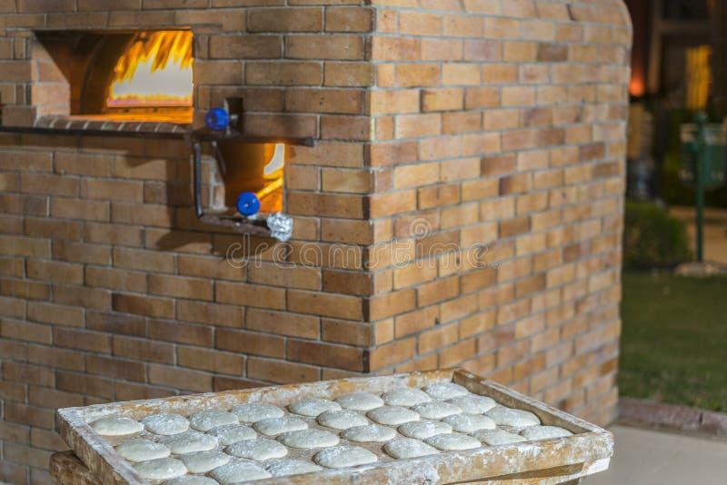 烘烤的面包的砖烤箱 烹调和烘烤的薄饼和面包的一个传统烤箱 免版税库存图片
