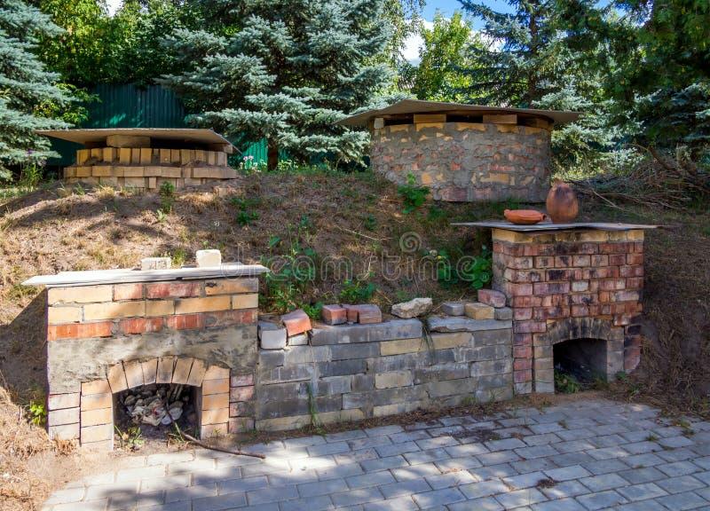 烘烤的黏土产品的一个老熔炉在瓦器车间的庭院里 免版税库存照片