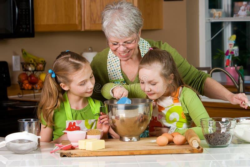 烘烤祖母开玩笑厨房 免版税库存图片