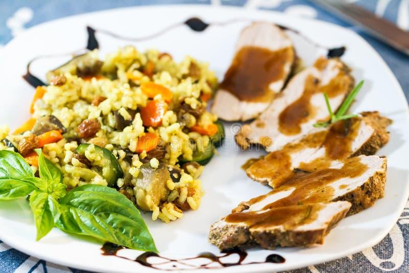 烘烤肉、小汤和美味米晚餐  图库摄影