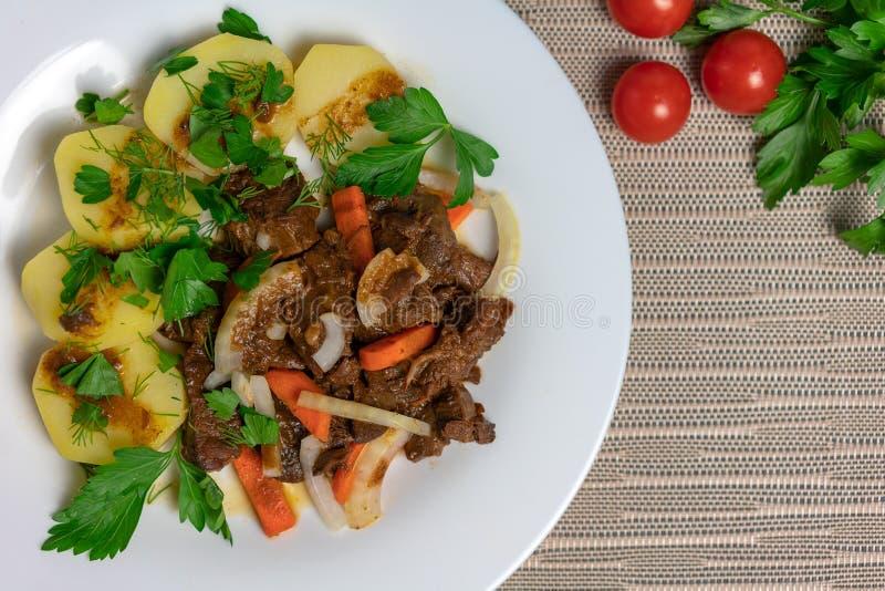 烘烤肉用土豆和红萝卜 免版税图库摄影