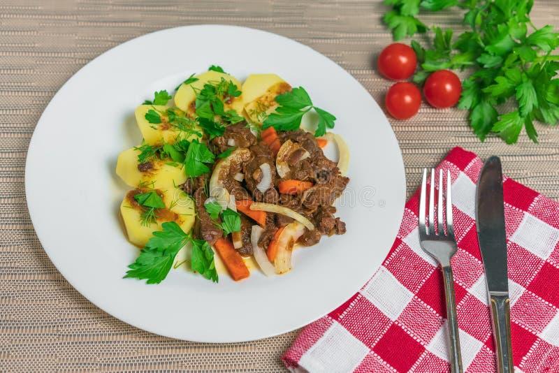 烘烤肉用土豆和红萝卜 免版税库存照片