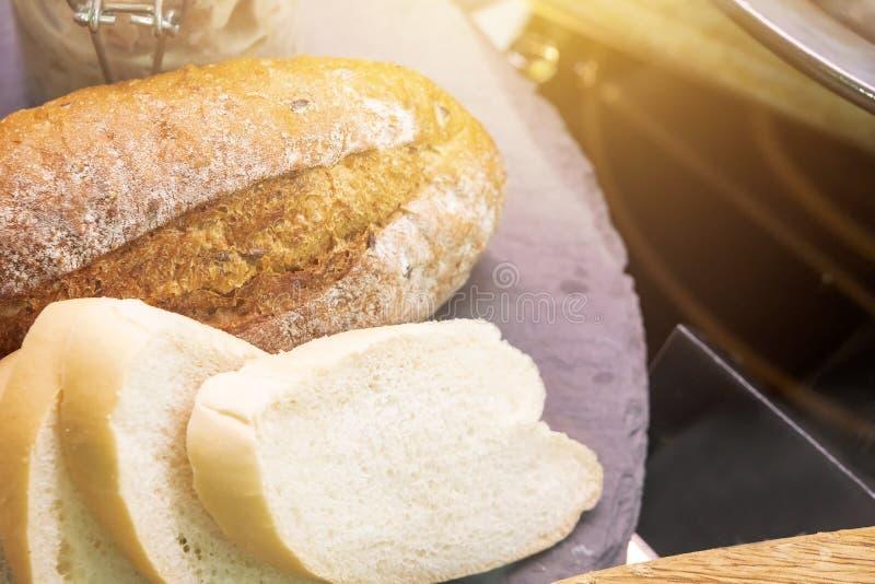 烘烤面包和切片面包在盘上 免版税图库摄影