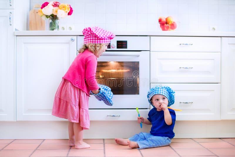 烘烤饼的孩子 免版税库存图片