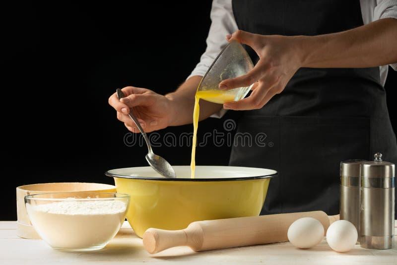 烘烤 供以人员准备面包、复活节蛋糕、复活节面包或者跨小圆面包在木桌上在面包店关闭  准备面包窦的人 库存图片