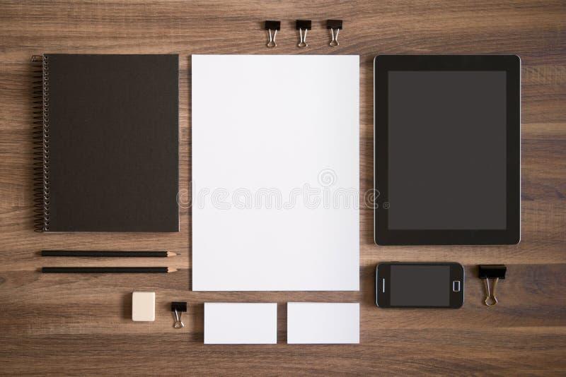 烙记的大模型在棕色木书桌上设置了与 免版税图库摄影