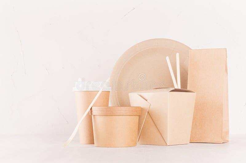 烙记Eco友好的回收的纸包装为便当,设计的模板,做广告和-空白的袋子,杯子,箱子 库存图片