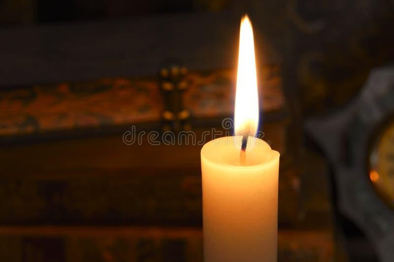 烛光焰和古董书 库存图片