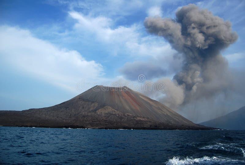 烟云在Anak Krakatau火山,印度尼西亚的 免版税库存照片