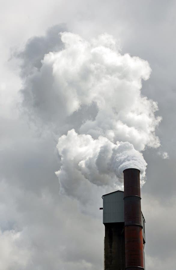 烟和污染物从钢铁制品烟囱 库存图片