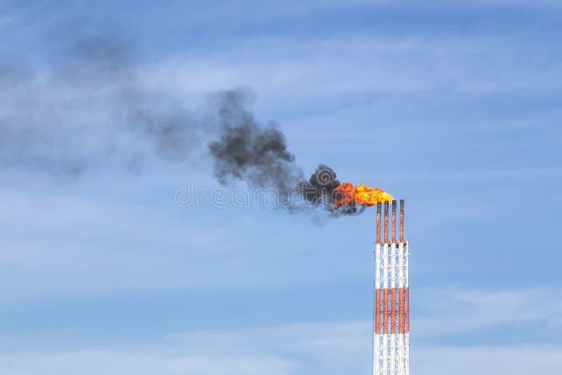 烟和火从烟囱 免版税库存照片