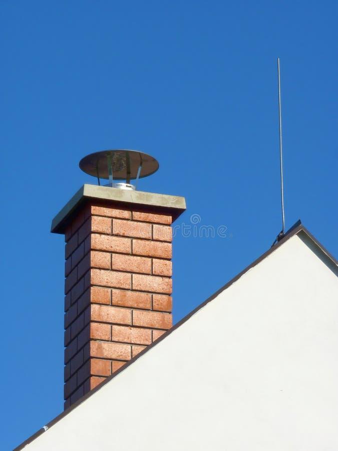 烟囱和避雷导线在家庭议院 库存图片