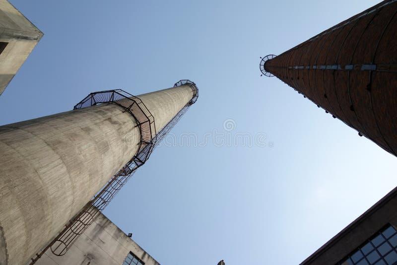 烟囱在工厂 库存照片