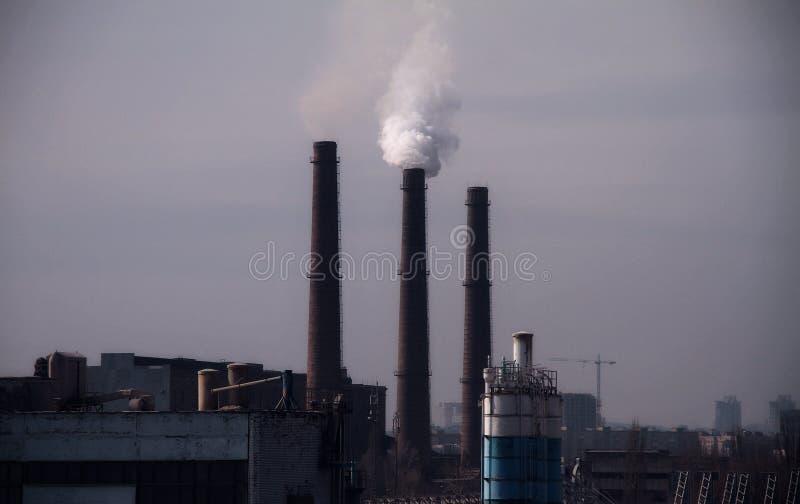 烟囱在散发烟雾和大气污染的运作的植物中 库存照片
