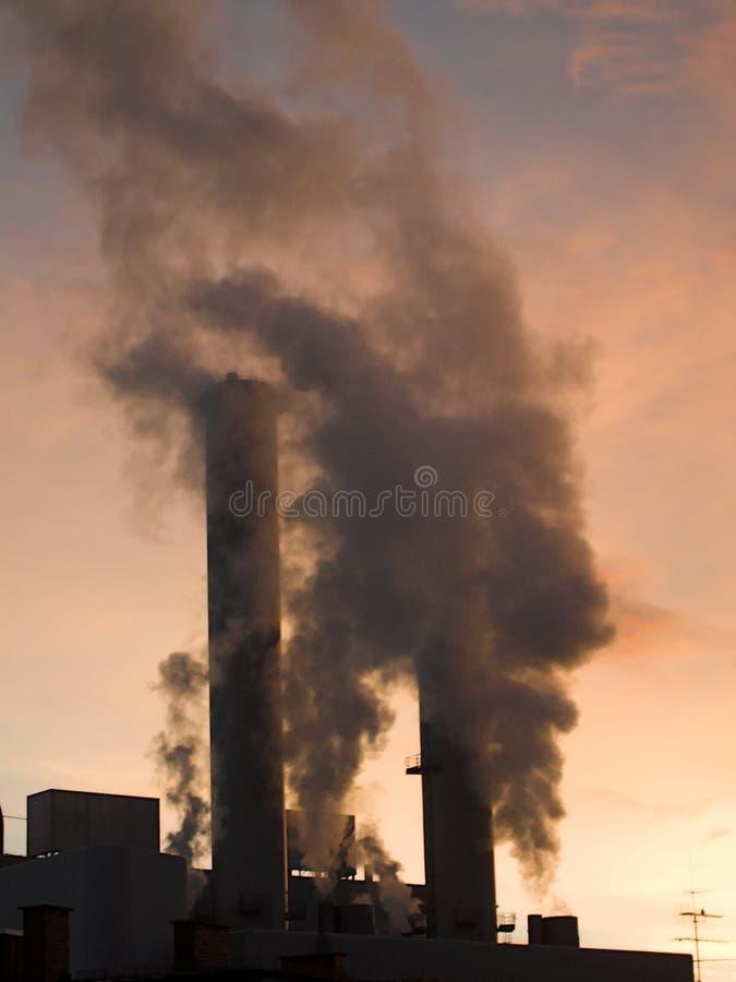 烟囱抽烟 免版税库存图片