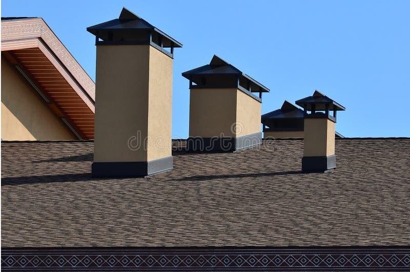 烟囱的现代屋顶和装饰 灵活的沥清或板岩木瓦 缺乏腐蚀和结露由于t 库存照片