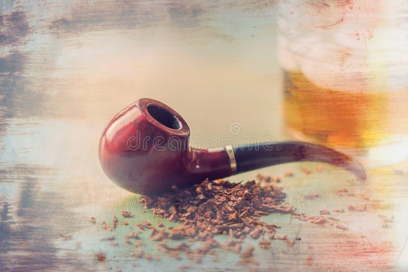 烟斗和威士忌酒 免版税库存照片