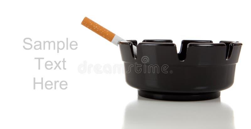 烟灰缸香烟复制空间白色 图库摄影