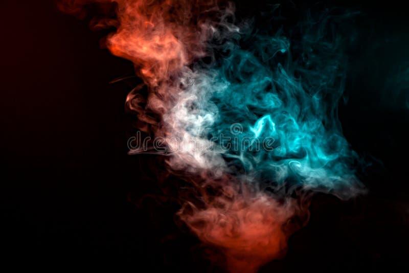 烟的一个透亮样式,上升在柱子在上面,阐明由在黑背景的光在蓝色,灰色和红色 库存图片