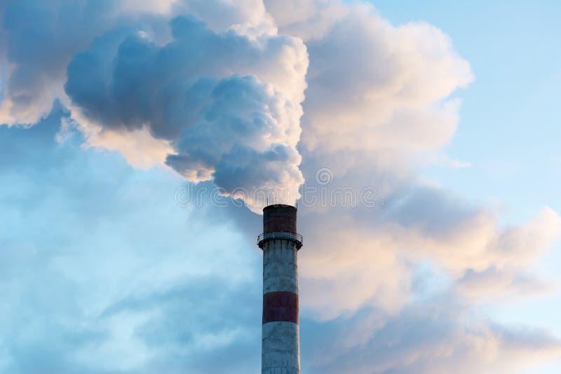 烟窗污染在天空中 库存照片