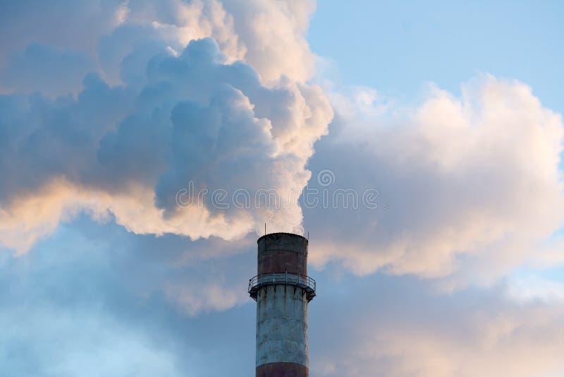 烟窗污染在天空中 免版税库存照片
