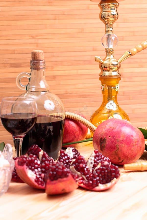 水烟筒、酒和甜点 免版税库存照片
