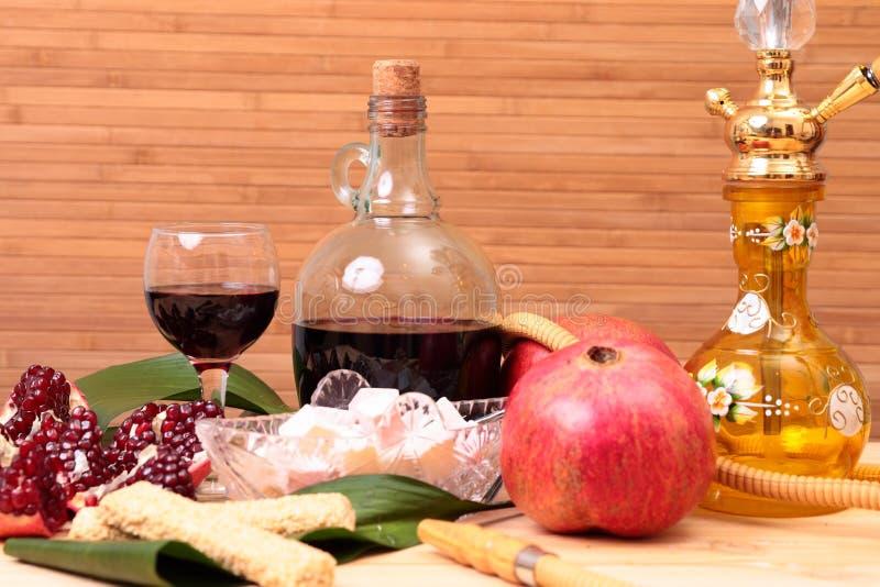 水烟筒、酒和甜点 图库摄影
