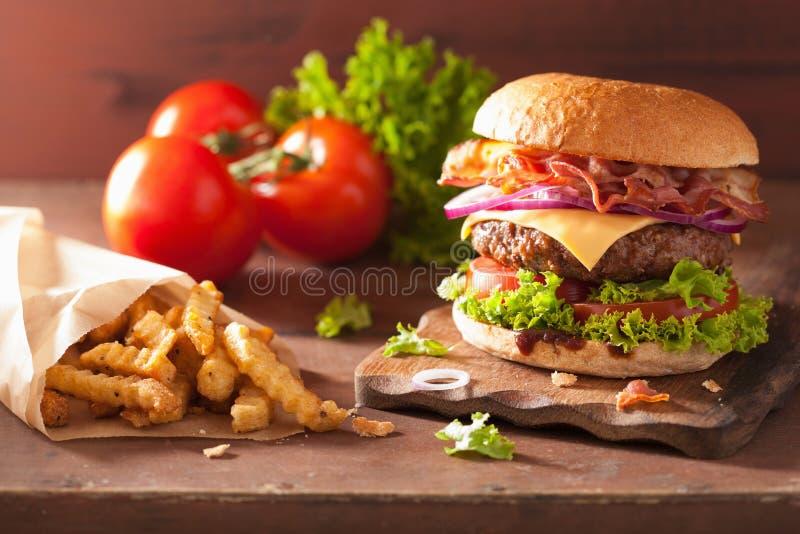 烟肉乳酪汉堡包用牛肉小馅饼蕃茄葱 免版税库存图片