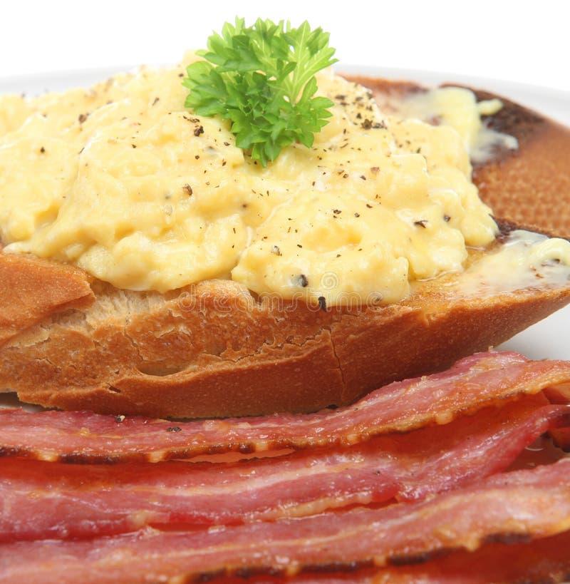 烟肉加扰的早餐鸡蛋 免版税图库摄影