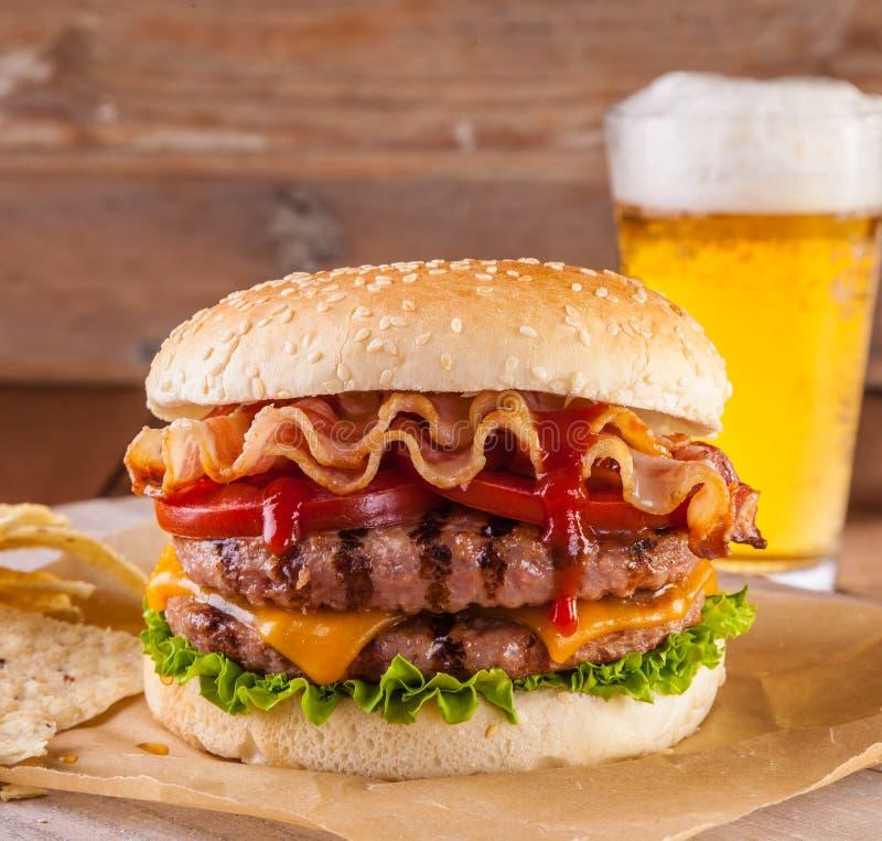 烟肉和乳酪汉堡 库存图片