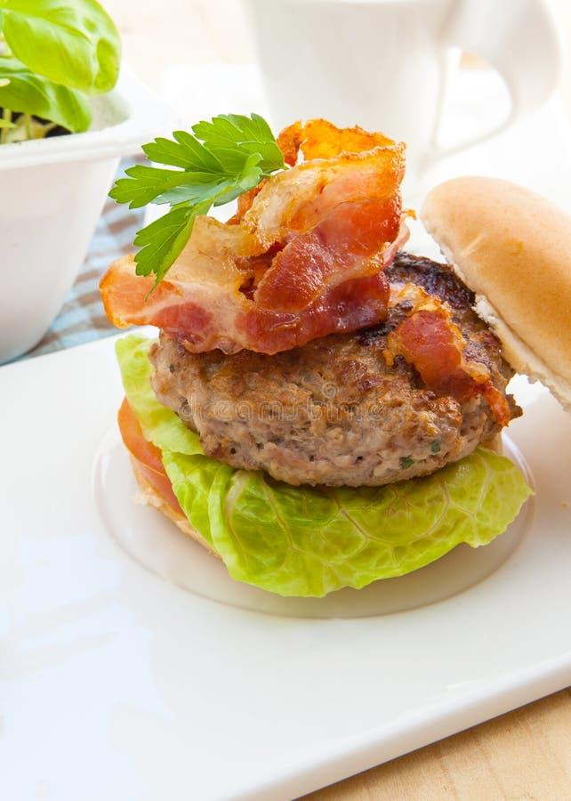 烟肉汉堡 免版税库存照片