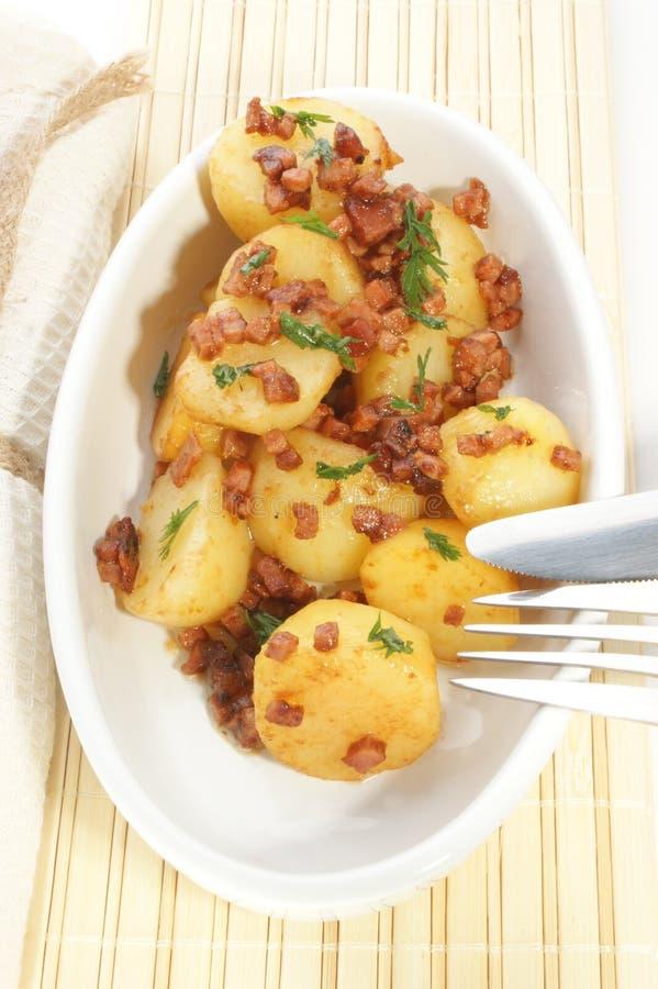 烟肉温暖的土豆沙拉 免版税库存照片