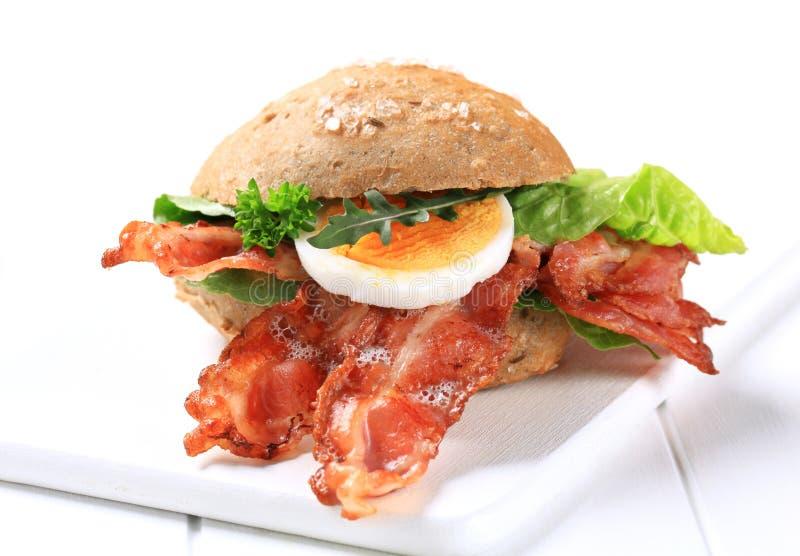 烟肉酥脆面包的小圆面包 免版税库存图片
